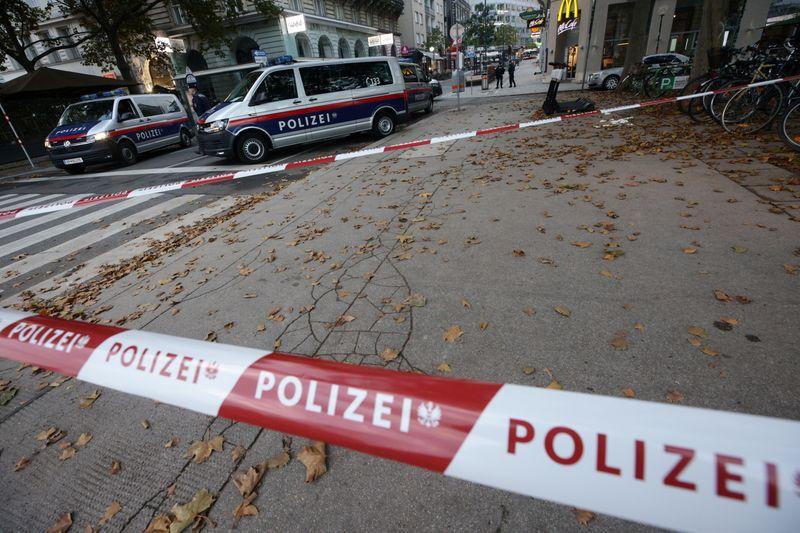 © Reuters. Gunfire exchanges in Vienna