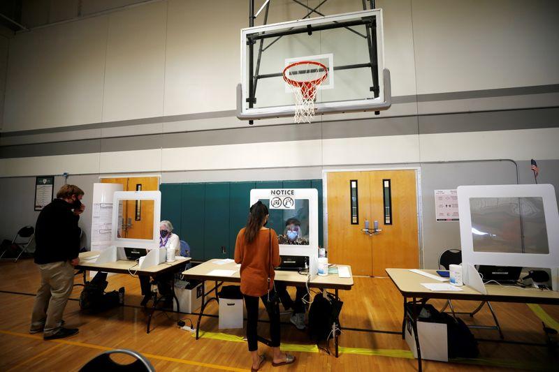 Ansiosos, norte-americanos vão às urnas em uma das eleições mais polarizadas da história