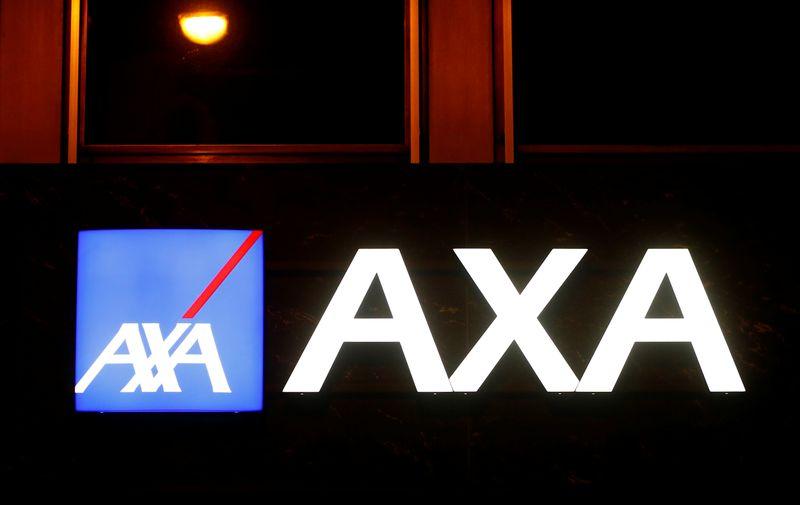 © Reuters. AXA VOIT SES REVENUS RECULER DE 8% SUR NEUF MOIS