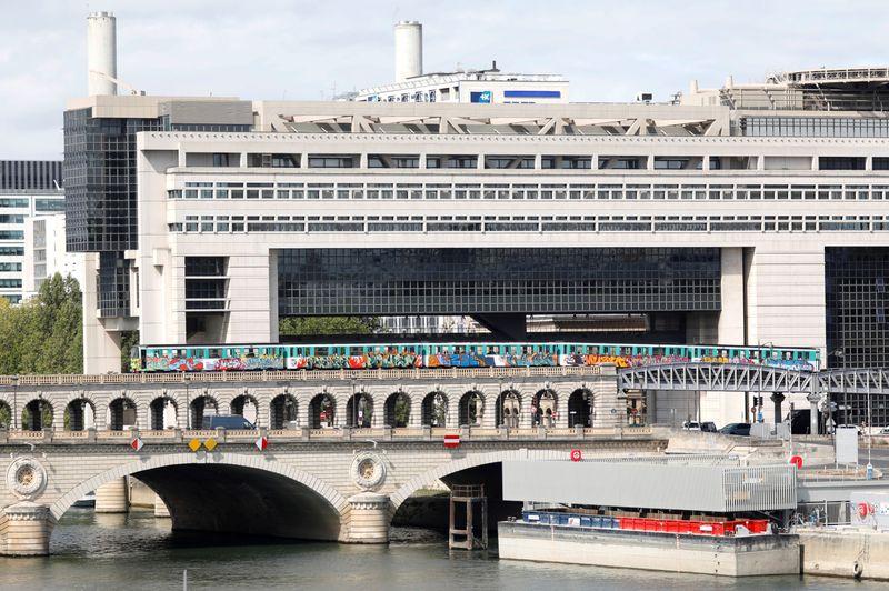 © Reuters. LA FRANCE COUVRIRA LES COÛTS DU RECONFINEMENT PAR DES BONS DU TRÉSOR, SELON DES SOURCES