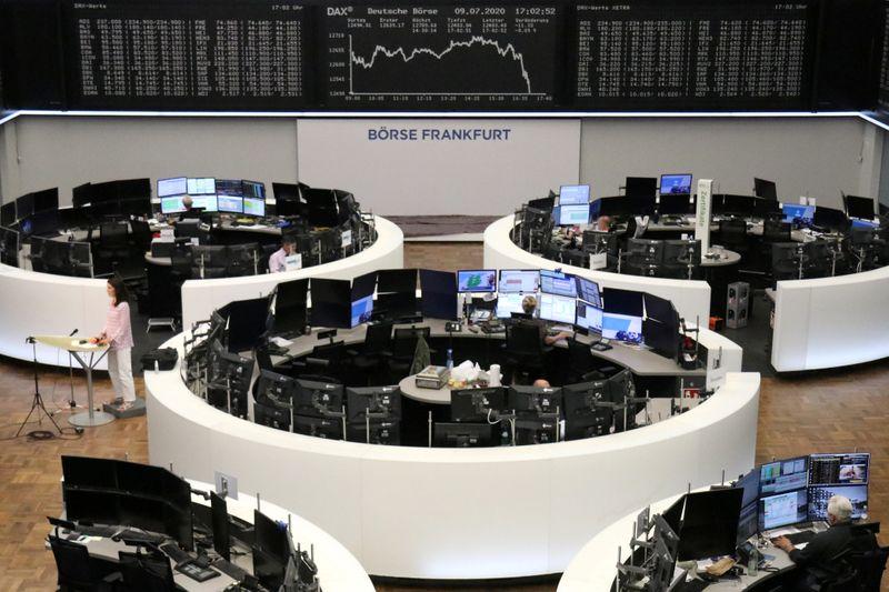 © Reuters. Il grafico dell'indice tedesco DAX all'interno della sede della Borsa di Francoforte