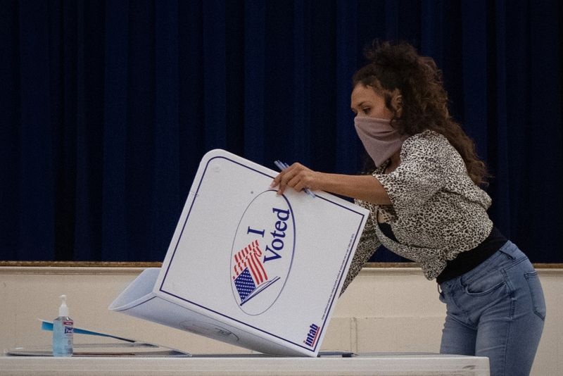 © Reuters. Presidio County election judge folds booth after voting ended for the general election in Marfa, Texas