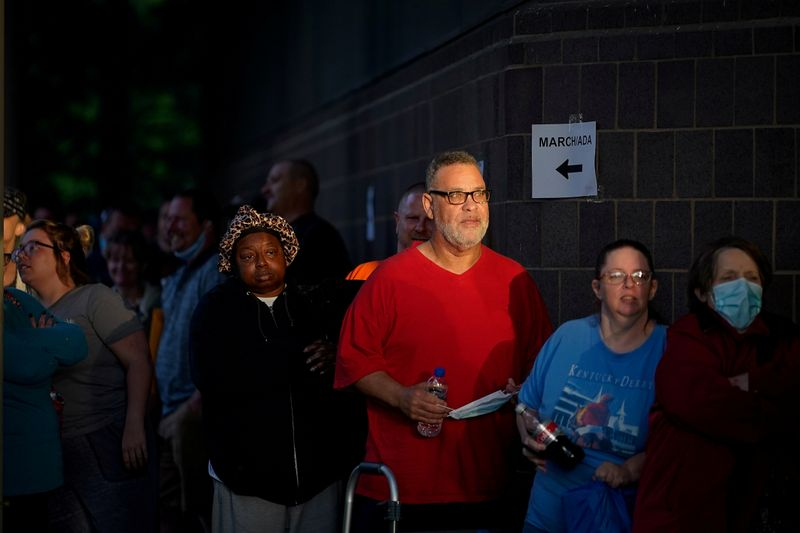 © Reuters. FILE PHOTO: People line up outside Kentucky Career Center in Frankfort