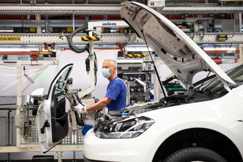 © Reuters. VW re-starts Europe's largest car factory after coronavirus shutdown