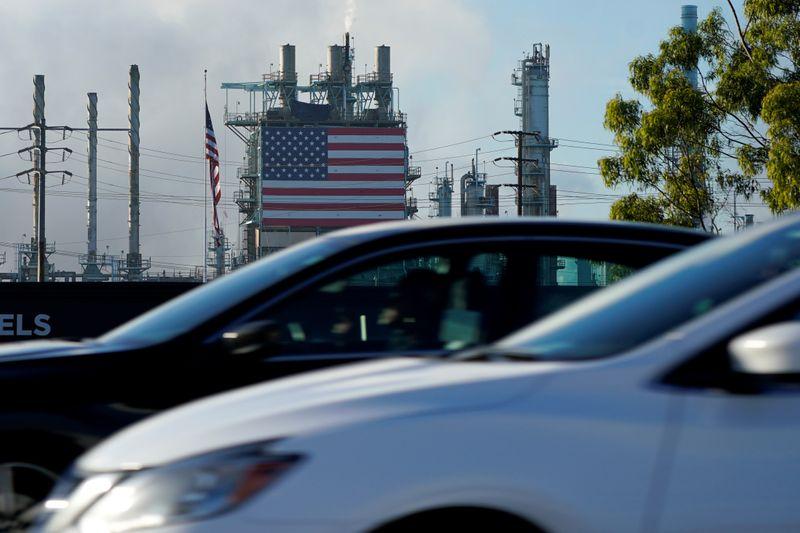 © Reuters. FILE PHOTO: Cars drive past the Marathon petroleum refinery