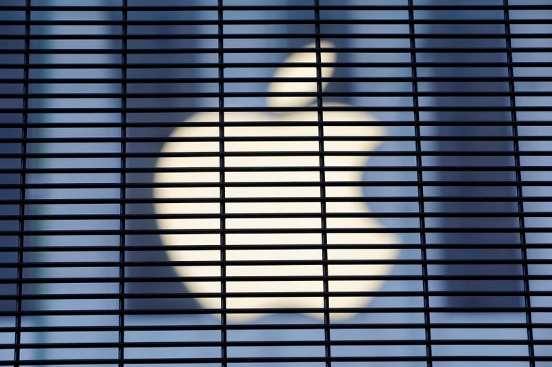 © Reuters. The Apple logo is seen through a security fence erected around the Apple Fifth Avenue store