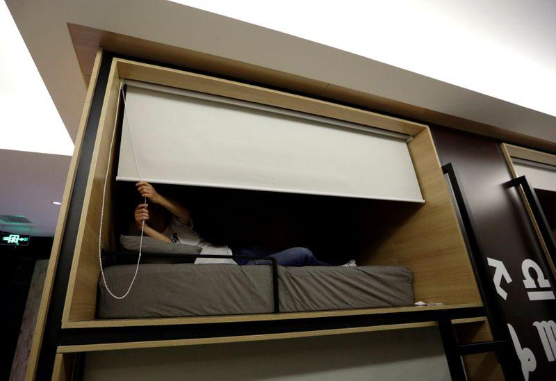 © Reuters. FOTO DE ARCHIVO: Trabajando, comiendo y durmiendo en la oficina