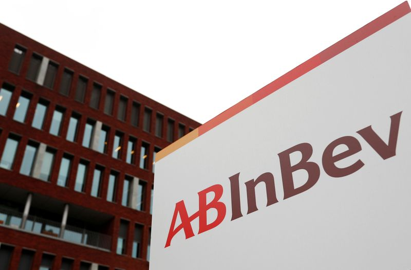 © Reuters. FILE PHOTO: The logo of AB InBev outside the brewer's headquarters in Leuven