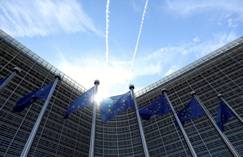 © Reuters. Bandiere dell'Unione europea davanti alla sede della Commissione europea a Bruxelles