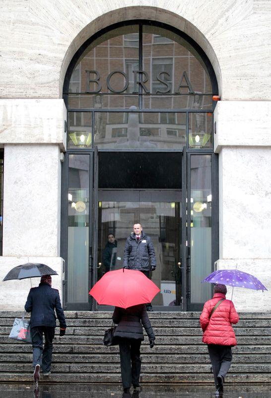 © Reuters. Alcune persone salgono la scalinata della Borsa di Milano