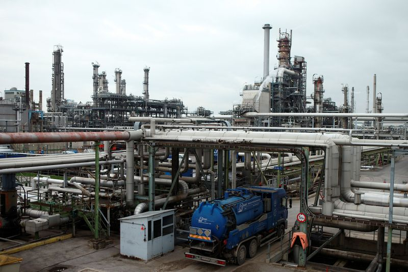 © Reuters. وكالة الطاقة: تسارع الإغلاقات الدائمة لمصافي التكرير بفعل الجائحة