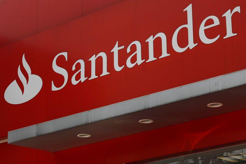 © Reuters. SANTANDER PRÉVOIT DE SUPPRIMER 4.000 POSTES EN ESPAGNE