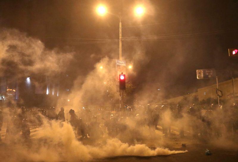 © Reuters. Foto del jueves de enfrentamientos entre manifestantes y la policía en Lima