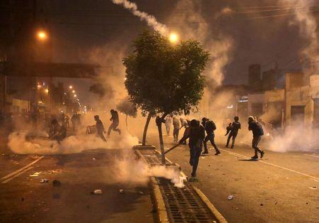 Al menos 11 heridos, dos con armas de fuego, tras violentas protestas en Perú