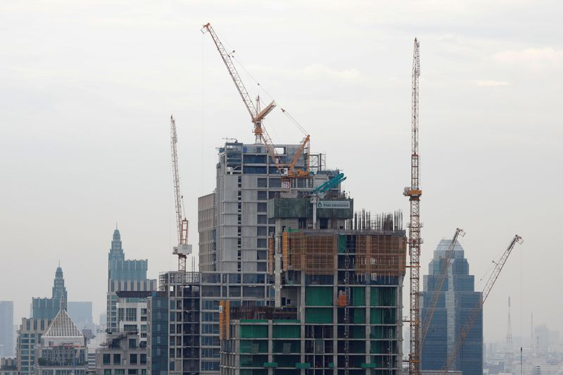 © Reuters. Luxury apartment buildings under construction are seen in Bangkok