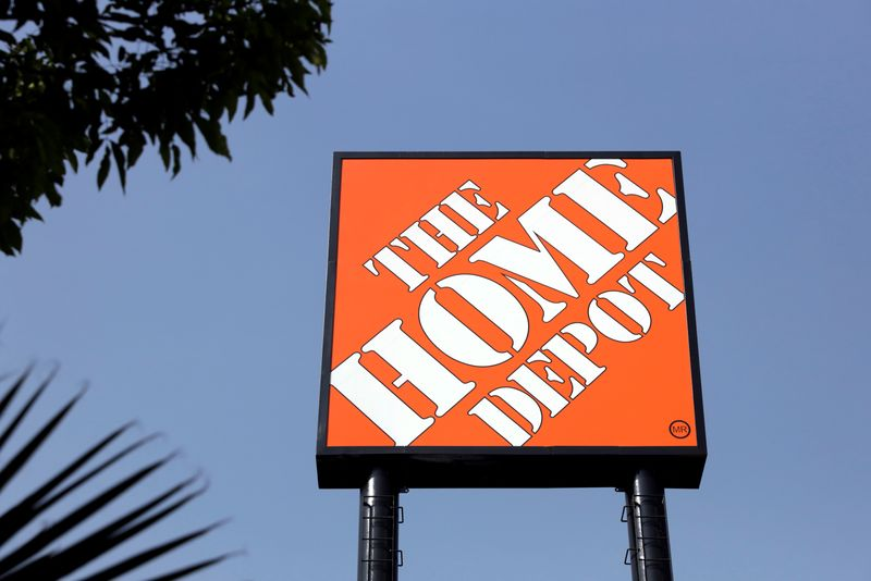 © Reuters. HOME DEPOT BAT LES ESTIMATIONS AU T3, CONSACRE 1 MILLIARD DE DOLLARS À SES SALARIÉS