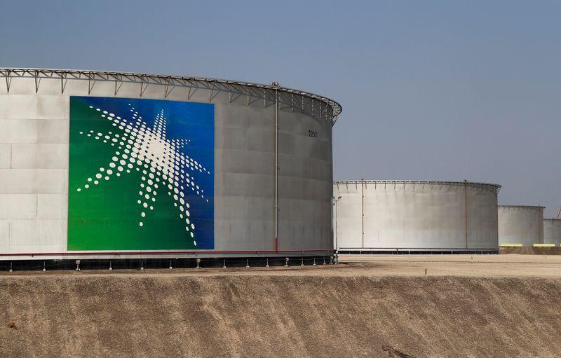 © Reuters. FILE PHOTO: A view shows branded oil tanks at Saudi Aramco oil facility in Abqaiq