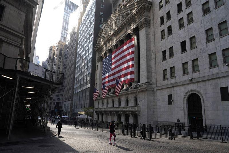米株反落、コロナ封鎖懸念や軟調な小売統計で