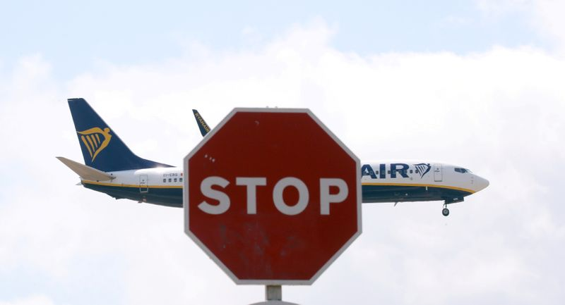 © Reuters. FILE PHOTO: A Ryanair Boeing 737 airplane passes a Stop sign as it lands at Barcelona-El Prat airport