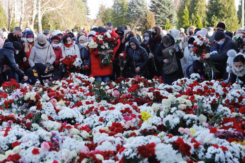 Тысячи людей пришли проститься с погибшим участником протестов в Минске