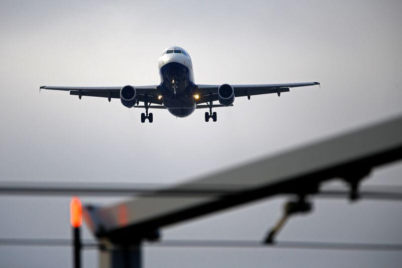 © Reuters. L'IATA RÉCLAME UN NOUVEAU COUP DE POUCE FINANCIER POUR LES COMPAGNIES AÉRIENNES