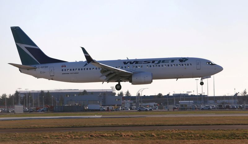 © Reuters. FILE PHOTO: A WestJet Boeing 737 airplane lands at Vancouver's international airport in Richmond,