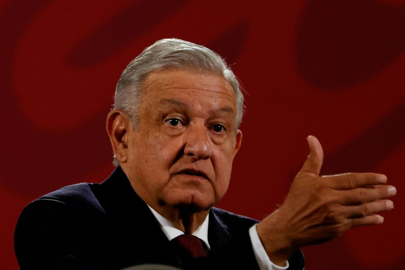 © Reuters. FILE PHOTO: Mexico's President Andres Manuel Lopez Obrador gestures during a news conference at National Palace in downtown Mexico City