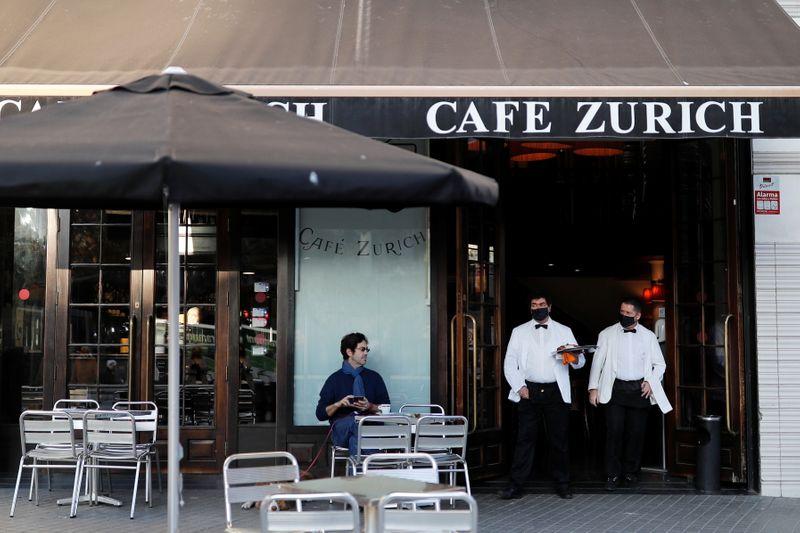 Los bares y restaurantes de Barcelona reviven tras cinco semanas cerrados
