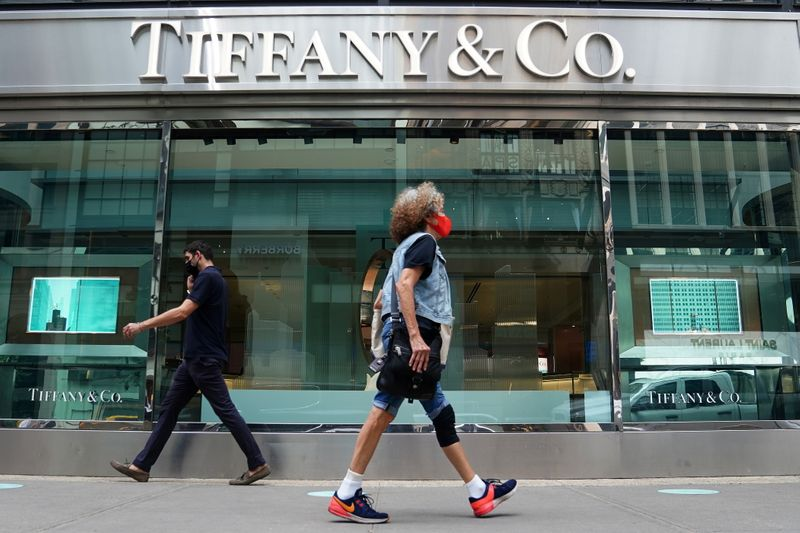 © Reuters. FILE PHOTO: People walk past a Tiffany & Co. store in the Manhattan borough of New York City
