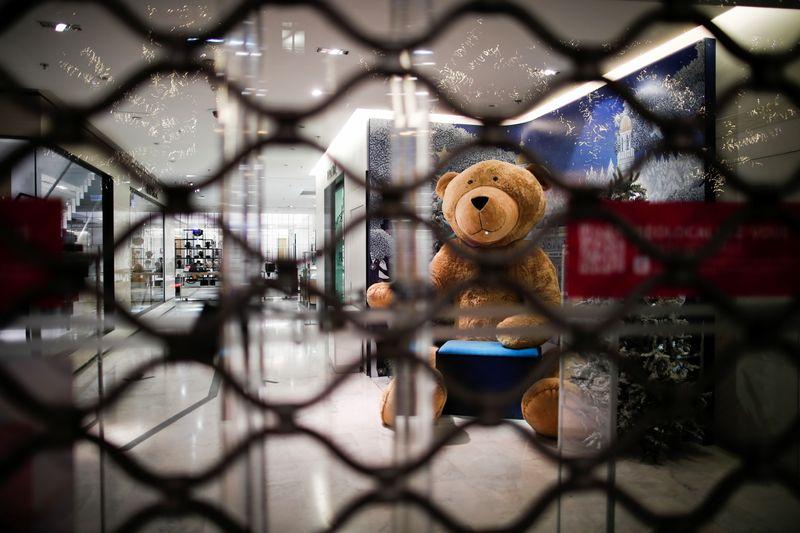 © Reuters. LE MAIRE FAVORABLE À L'OUVERTURE DES COMMERCES LE DIMANCHE EN FRANCE JUSQU'À NOËL