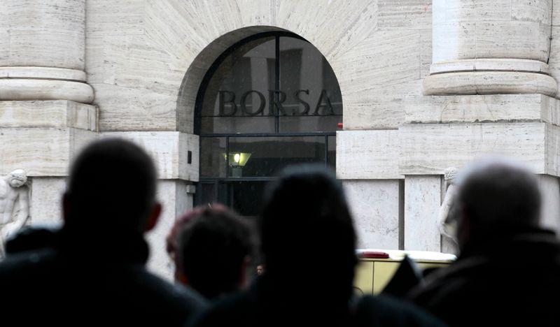 © Reuters. Diverse persone davanti all'ingresso della Borsa di Milano