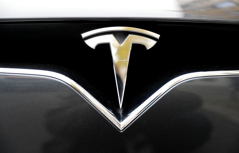 © Reuters. FILE PHOTO: The company logo is pictured on a Tesla Model X electric car in Berlin