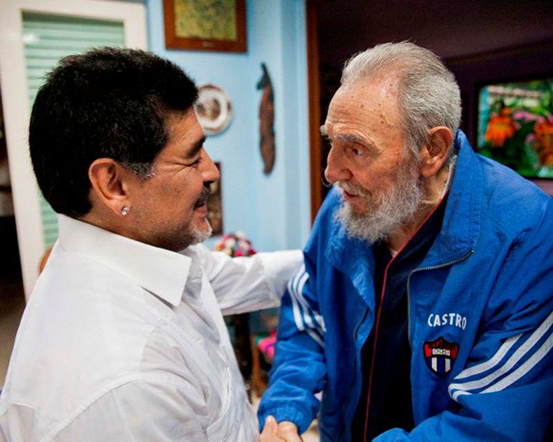 © Reuters. FILE PHOTO: Former Cuban leader Fidel Castro meets former Argentine soccer player Diego Armando Maradona in Havana
