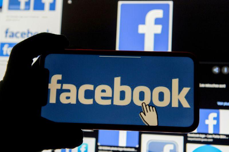 © Reuters. FILE PHOTO: FILE PHOTO: Facebook logos