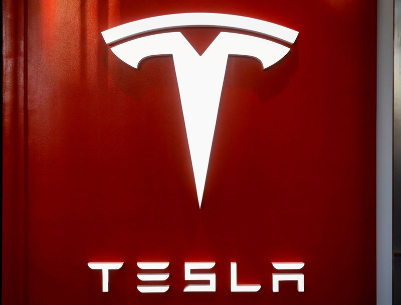 © Reuters. FILE PHOTO: The Tesla logo is seen at the entrance to Tesla Motors' showroom in Manhattan's Meatpacking District in New York City