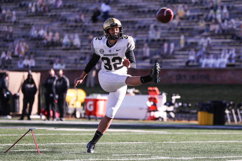 © Reuters. NCAA Football: Vanderbilt at Missouri