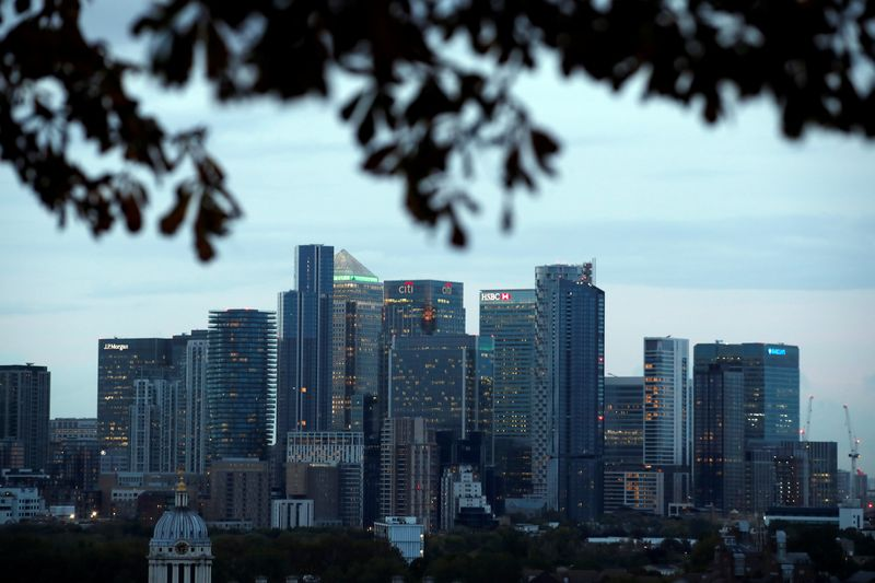 © Reuters. FILE PHOTO: Canary Wharf business district in London