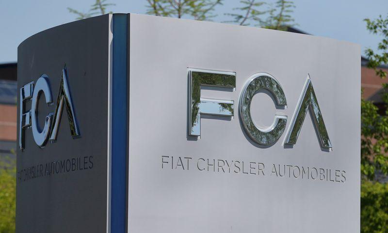 © Reuters. Il logo Fiat Chrysler Automobiles presso la sede statunitense a Auburn Hills, Michigan