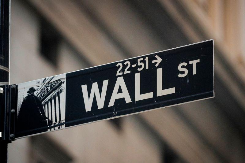 © Reuters. Il cartello stradale di Wall Street, nei pressi della Borsa di New York
