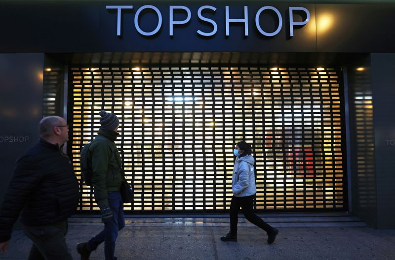 © Reuters. Pedestrians walk past a Topshop store, owed by Arcadia group on Oxford street in London
