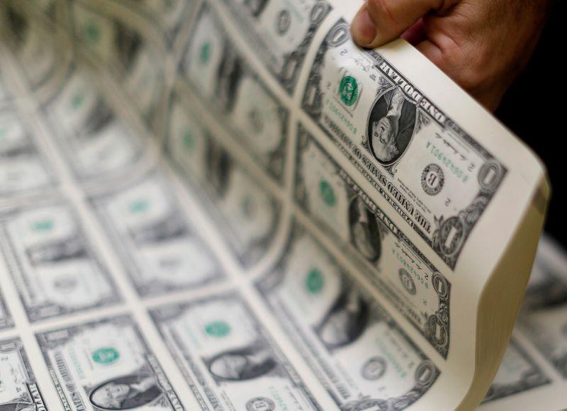 Dólar sobe na sessão, mas tem maior queda para novembro em pelo menos 18 anos