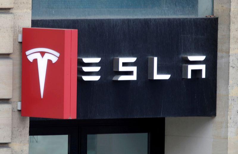 © Reuters. FILE PHOTO: Logo of Tesla