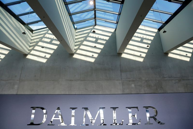 © Reuters. FILE PHOTO: The Daimler logo is seen before the carmaker's annual shareholder meeting in Berlin
