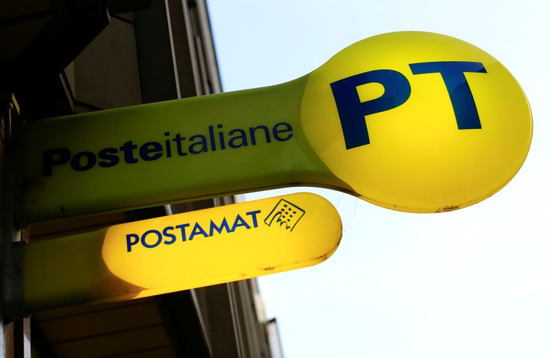 © Reuters. Il logo Poste Italiane presso una filiale a Roma