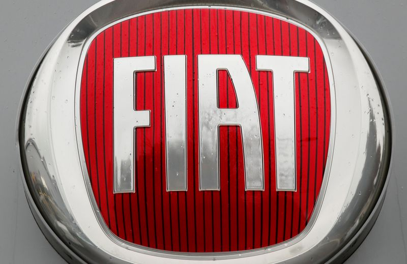 © Reuters. FILE PHOTO: Logo of car manufacturer Fiat is seen in Zurich