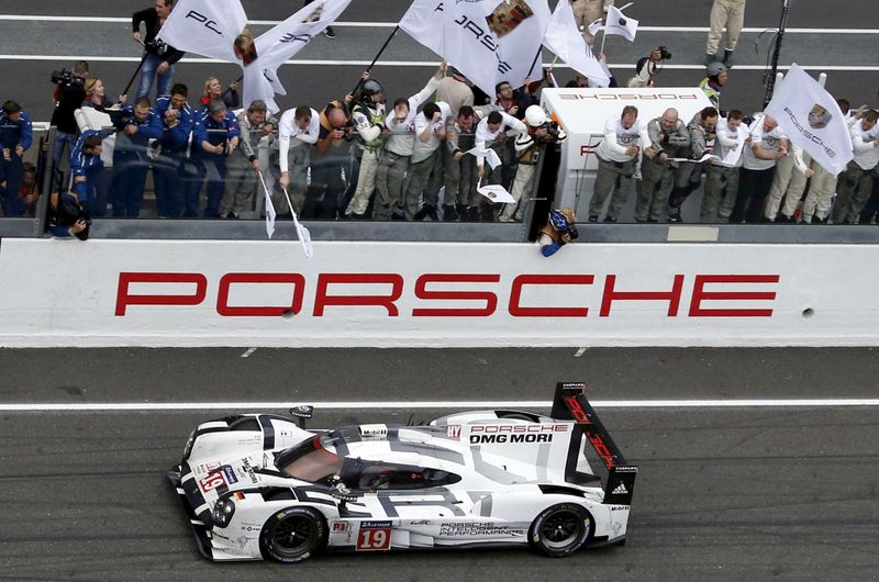 © Reuters. FILE PHOTO: Nico Hulkenberg of Germany celebrates with mechanics after winning with his Porsche 919 Hybrid number 19 the Le Mans 24-hour sportscar race in Le Mans