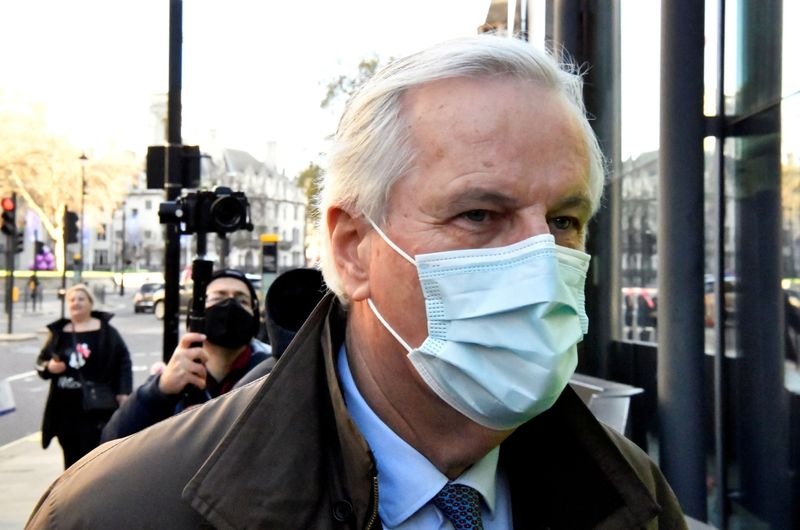 © Reuters. EU chief Brexit negotiator Michel Barnier, wearing a face mask, is seen in London as Brexit talks continue