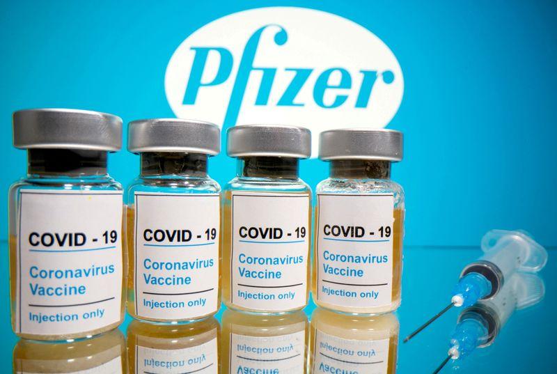 © Reuters. FILE PHOTO: Pfizer vaccine photo illustration