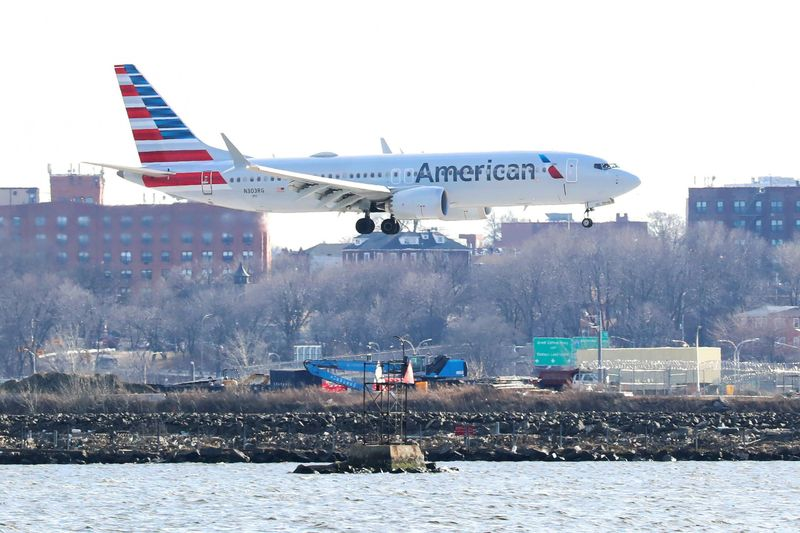 © Reuters. FILE PHOTO: FILE PHOTO: An American Airlines Boeing 737 MAX 8 comes in for landing at LaGuardia Airport in New York