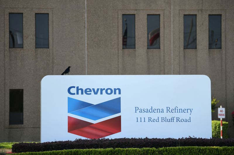 © Reuters. An entrance sign at the Chevron refinery, located near the Houston Ship Channel, is seen in Pasadena